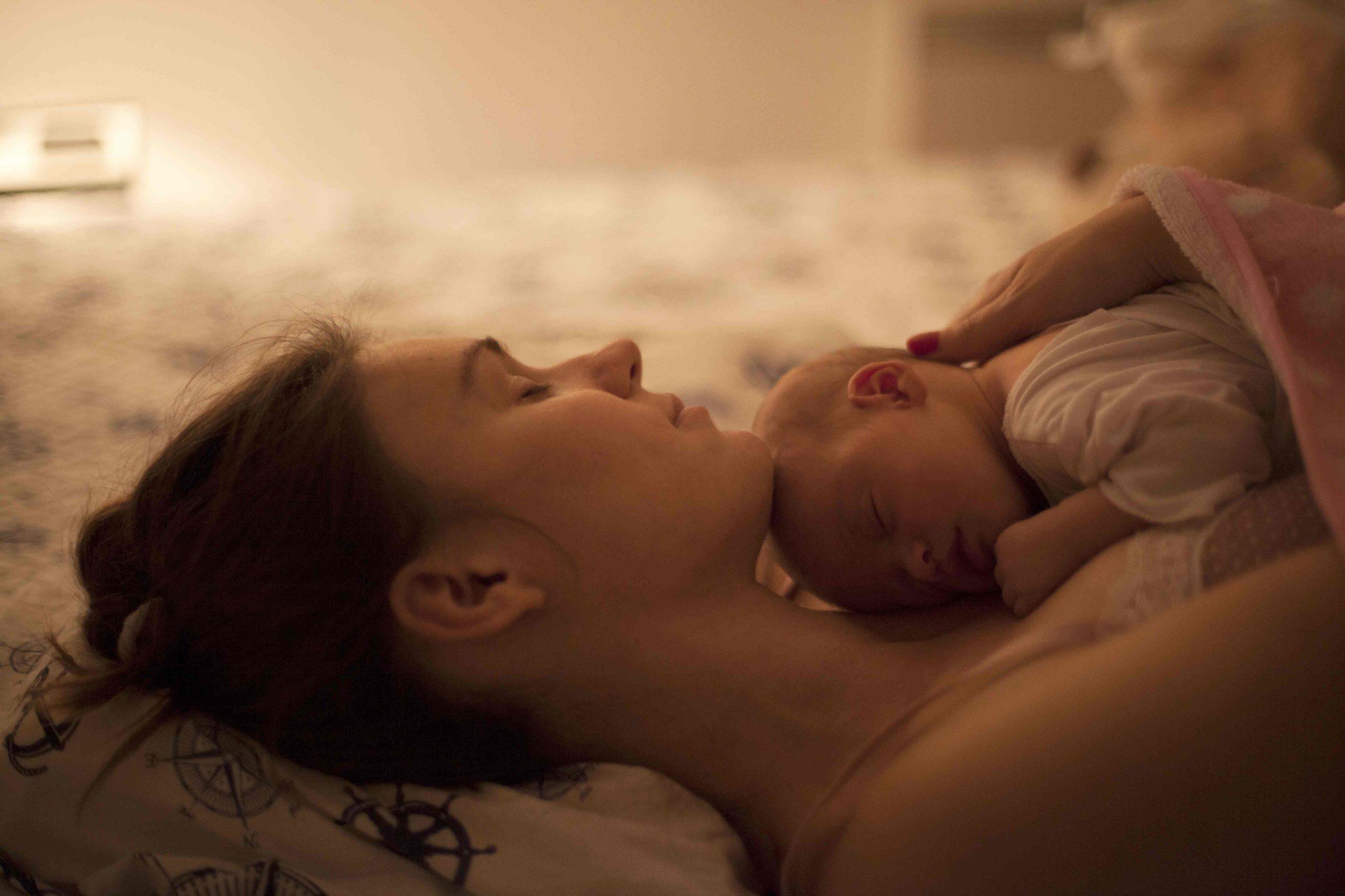 iStock Neugeborenes auf Brust