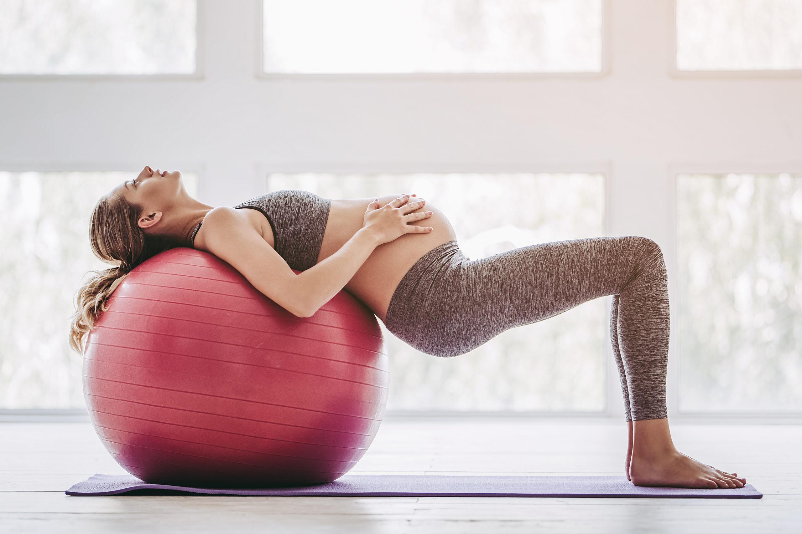Schwangere mit Gymnastikball